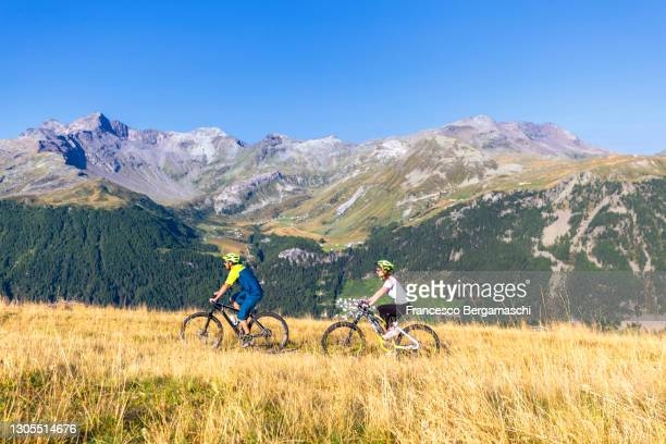 young couple of biker enjoyed in the mountain. - italia stockfoto's en -beelden