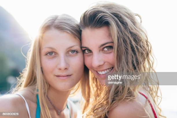 young couple of women - 20 29 years stock pictures, royalty-free photos & images