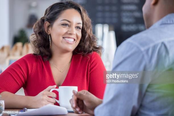 Junges Paar auf ein Datum in einen lokalen Coffee-shop