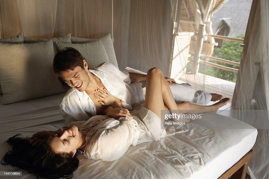 若いカップルはベッド : ストックフォト