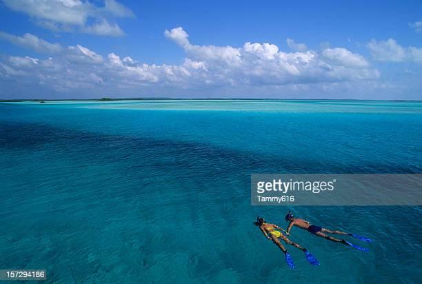 Junges Paar im Urlaub Schnorcheln vor der Insel