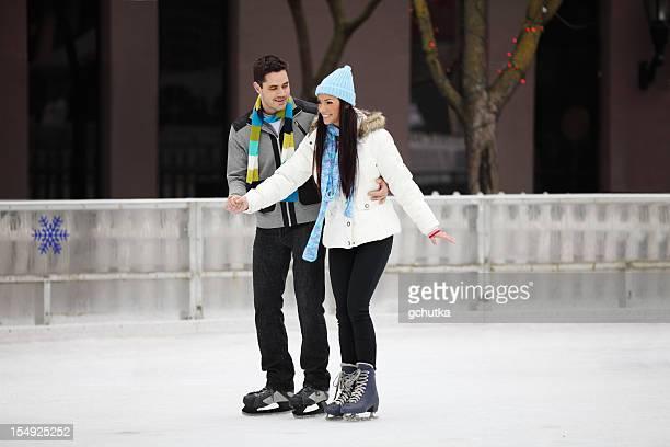 Junges Paar auf Eis