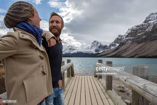 Jeune couple sur un pont de bois près du lac être soignés