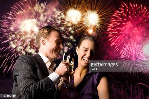 Junges Paar auf Silvester mit Feuerwerk