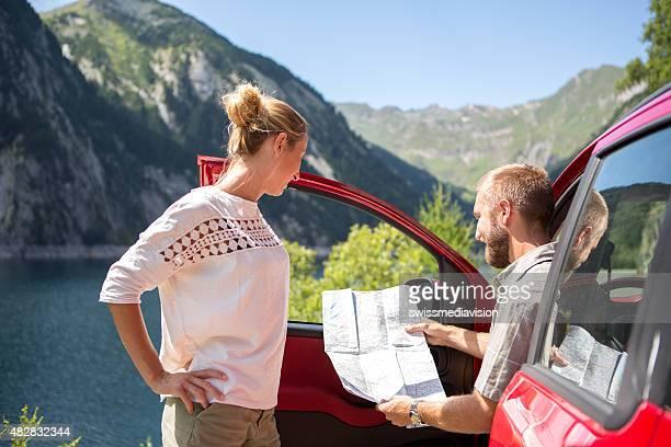 Junges Paar auf road trip liest einen Stadtplan mit Wegbeschreibung-Sommer
