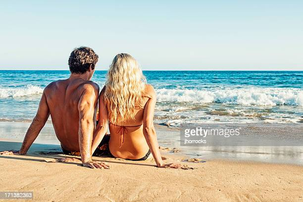 jeune couple sur des vacances ou une escapade romantique - femme blonde en maillot de bain vue de dos photos et images de collection
