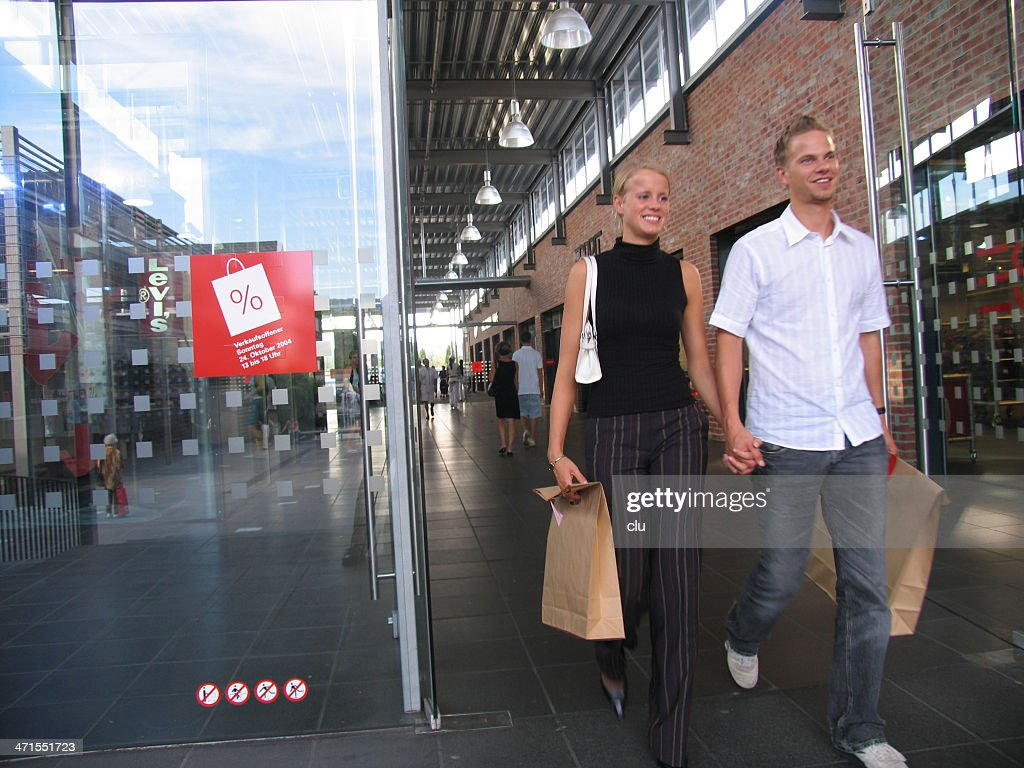 Junges Paar auf shopping-tour. : Stock-Foto