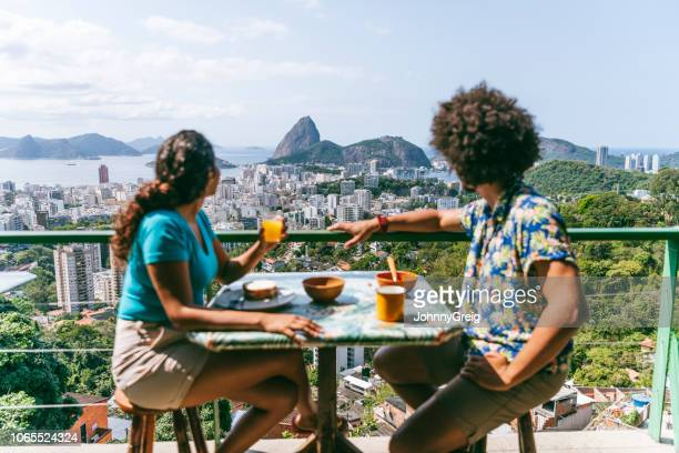 junges paar auf terrasse mit blick auf zuckerhut - casa stock-fotos und bilder