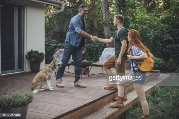 若いカップルでのバケーション - パーティーホスト ストックフォトと画像