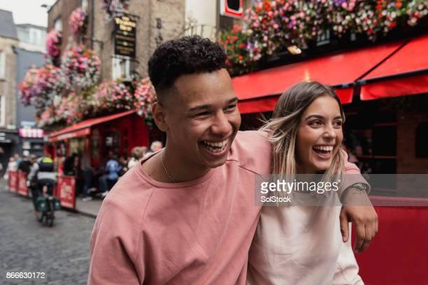 pareja joven fuera de dublín casa pública - irlanda fotografías e imágenes de stock
