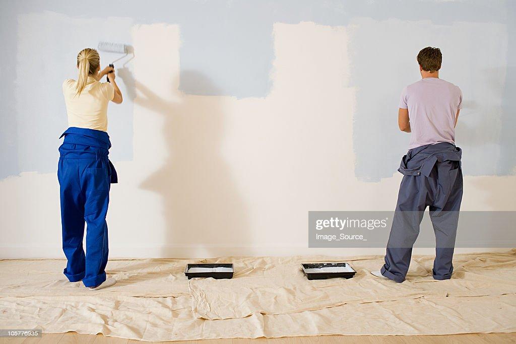 若いカップルの壁のペインティング : ストックフォト