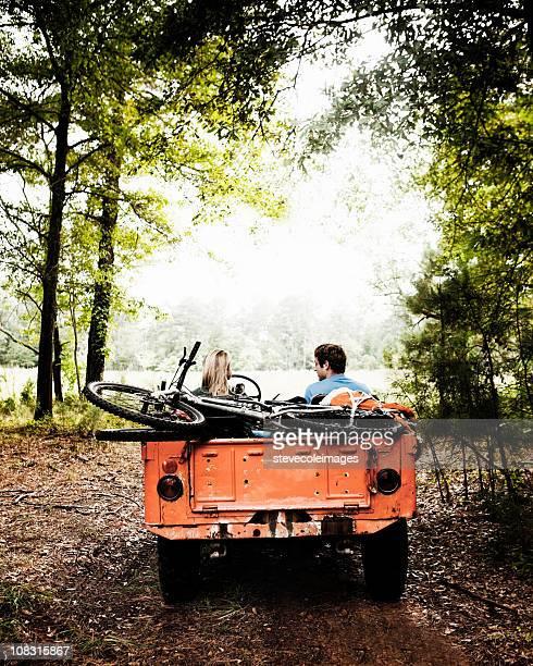 Junges Paar im Wald geparkt