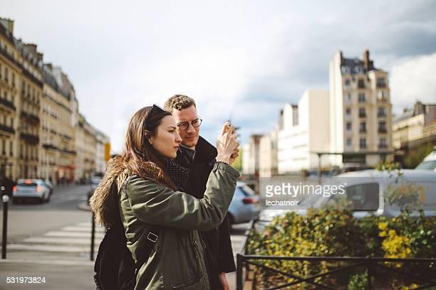 intime jeune couple dans la rue de paris - petit ami photos et images de collection