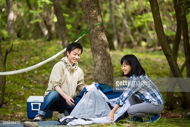 若いカップル元のテントでキャンプ - 中年カップル ストックフォトと画像