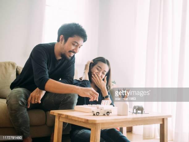 ボードゲームをプレイする若いカップル - ボードゲーム ストックフォトと画像