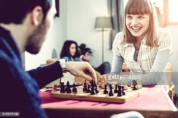 Pareja joven jugando al ajedrez