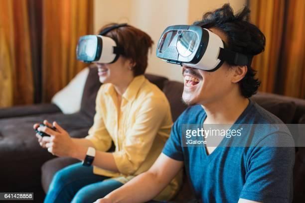 仮想現実ゲームを一緒に遊ぶ若いカップル