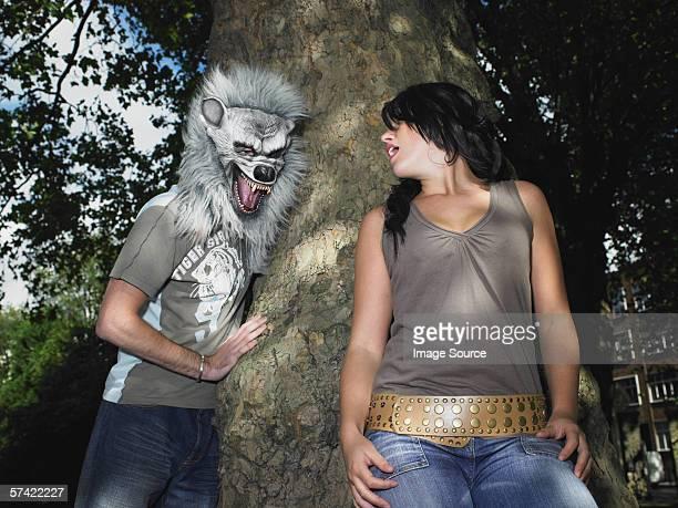 jeune couple de jouer avec masque d'halloween - fille moche photos et images de collection