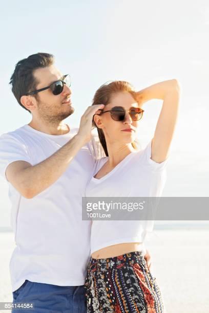 Jeune couple posant au lac salé. Mannequins.