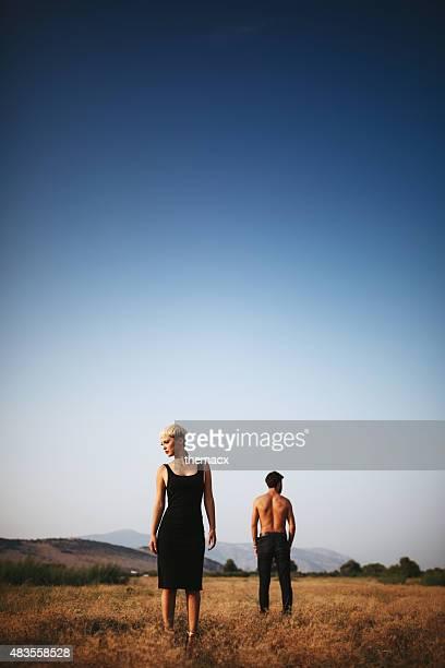 Junges Paar posieren auf dem Feld