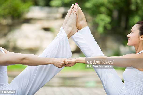 young couple practicing yoga - beau pied homme photos et images de collection