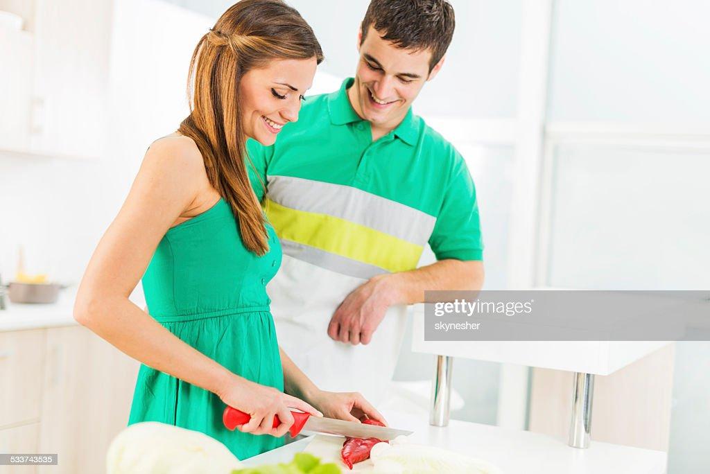 Giovane coppia di preparare il cibo. : Foto stock