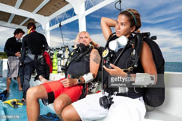 junges paar vorbereitung einen scuba-tauchen - glattrasiert frau stock-fotos und bilder