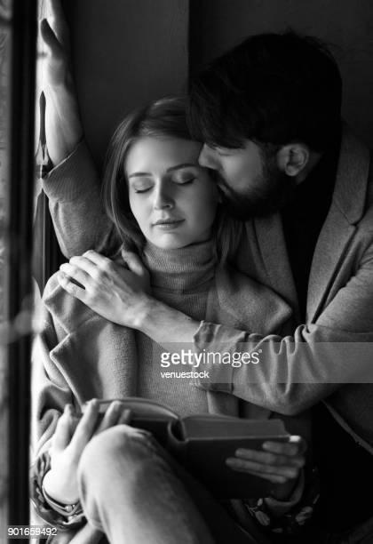 jeune couple, lire un livre ensemble. - amour noir et blanc photos et images de collection