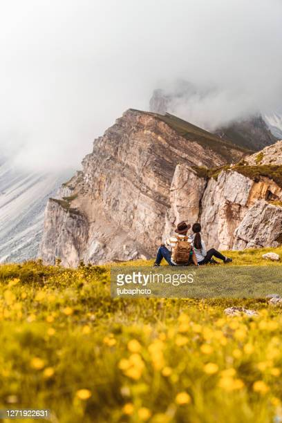 junges paar entspannt nach dem wandern und einer pause - nationalpark stock-fotos und bilder