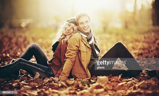 giovane coppia rilassante nel parco a fine ottobre. - gilaxia foto e immagini stock