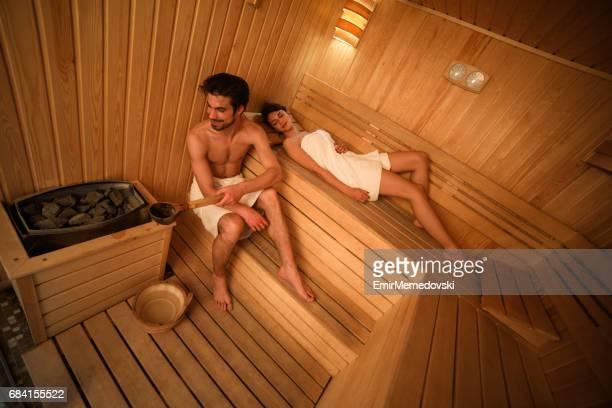 Junges Paar zum Entspannen in der sauna