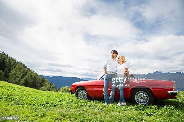 Junges Paar entspannenden auf ein cabriolet