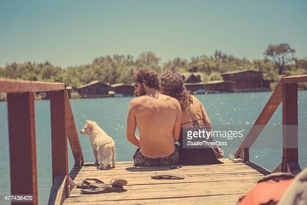 Jeune couple de détente sur la jetée