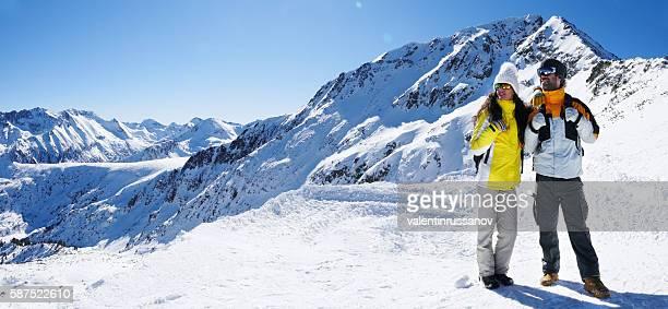 casal jovem descansando no topo da montanha - ski holiday - fotografias e filmes do acervo