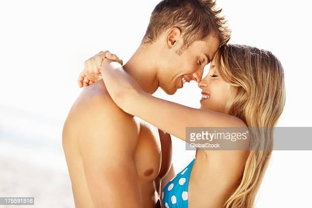 Casal Jovem romancing na praia