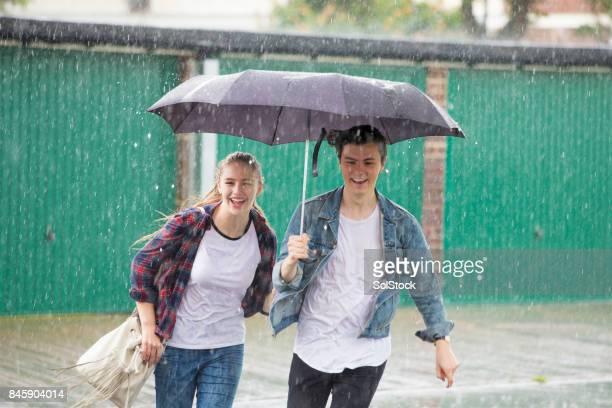 Junges Paar laufen im Regen