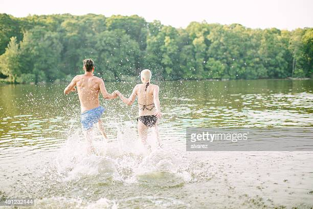Junges Paar Laufen in den See