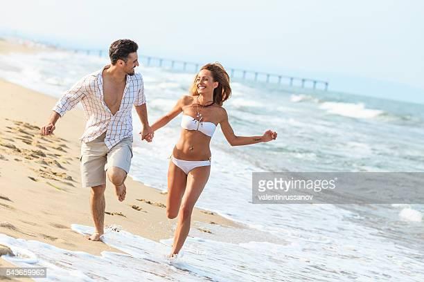 Junges Paar Laufen am Strand