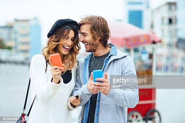 Jeune couple partage des téléphones