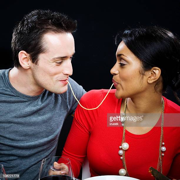 Joven pareja compartir Spaghetti