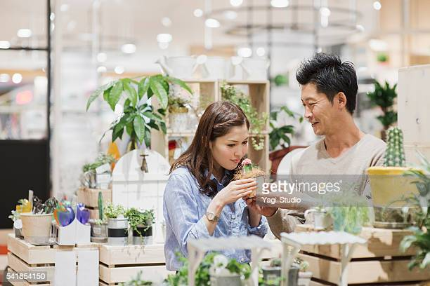 若いカップルショッピング乳製品のスーパーマーケットます。