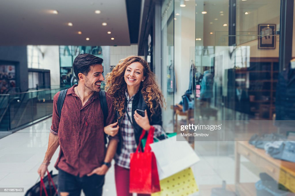Young couple shopping in the mall : Foto de stock