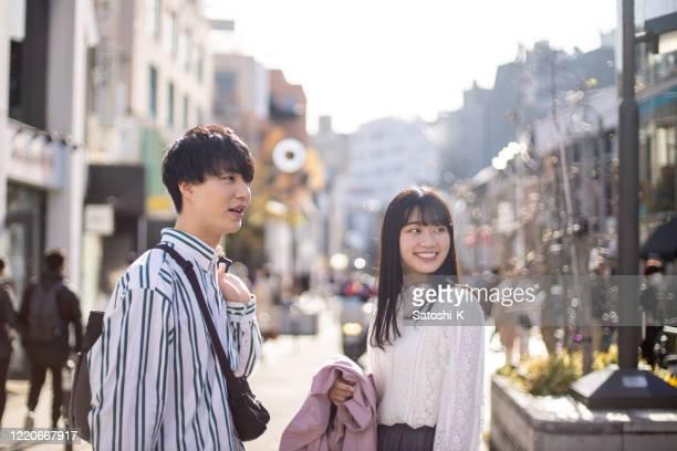 街の通りで買い物をする若いカップル - romance ストックフォトと画像
