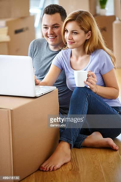 Jeune couple, achats en ligne pour leur nouvelle maison