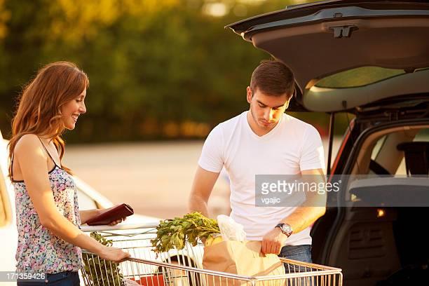 Jovem Casal de compras.