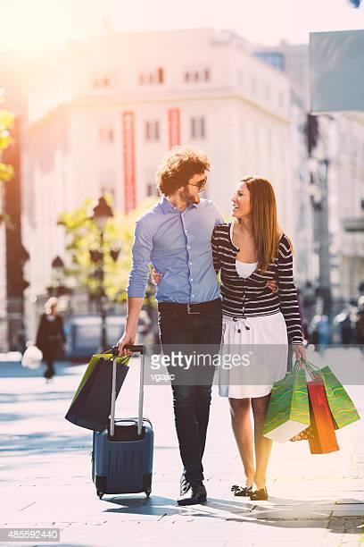 Jeune Couple Shopping ensemble dans une ville.