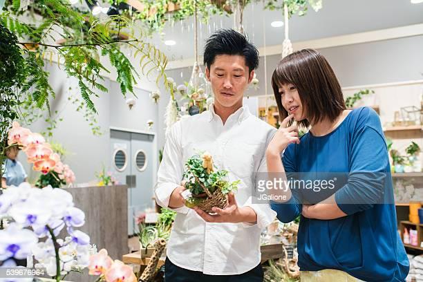 Jeune couple shopping ensemble