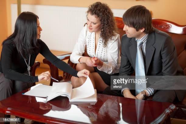 Jeune Couple de signature du contrat