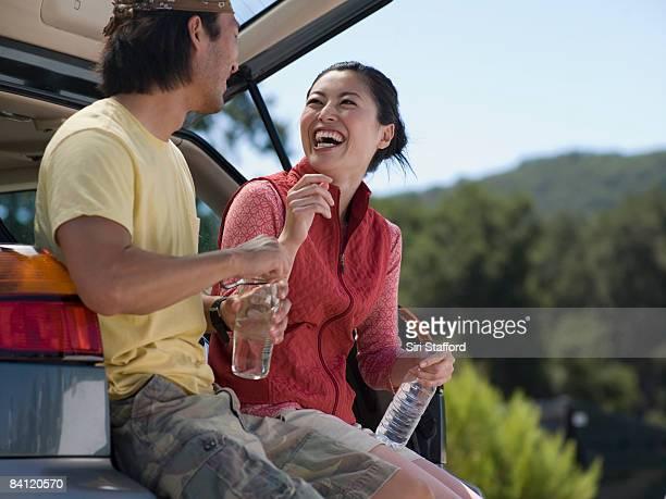 Junges Paar sitzen und Lachen