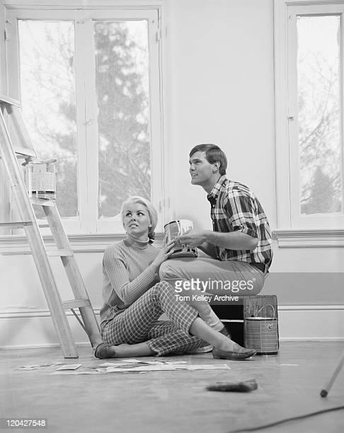 若いカップルのシッティングエリアのほか、ウィンドウを painti 脚立 - 1967年 ストックフォトと画像